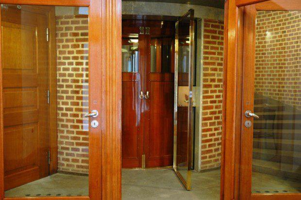 Ruční stranou posuvné šachetní dveře výtahu Pražského hradu