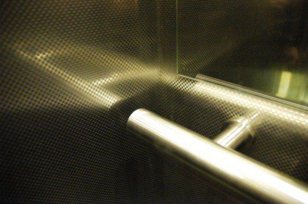 Nerezové madlo v kabině výtahu