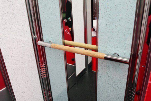 Madlo a zrcadlo v oosbním výtahu