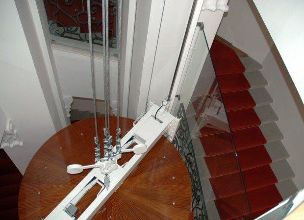 Strop kabiny kruhového osobního výtahu na Pražském hradě