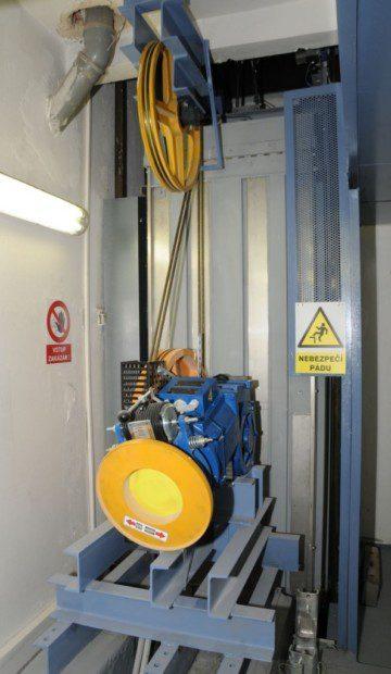 Pohon výtahu, převodový stroj