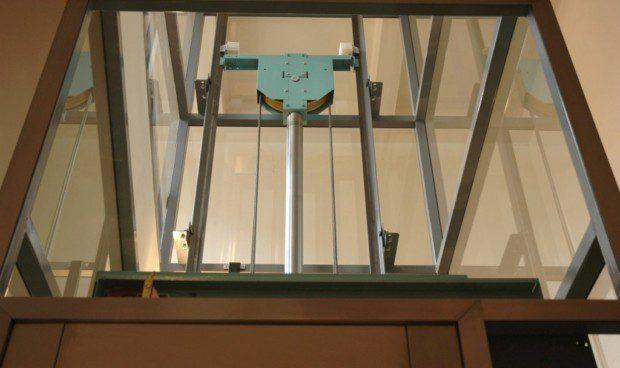 Píst a kladka hydraulického výtahu