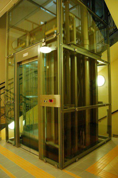 Displej v kabině a celoplošný prosvětlený strop kabiny