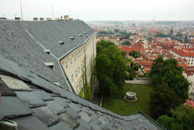 Výhled ze střechy Jižního křídla Pražského hradu na Malou Stranu