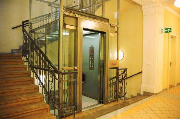Prosklený výtah a prosklená šachta, velké nám., HK