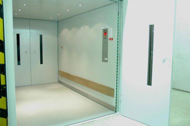 Kabina nákladního výtahu bez kabinových dveří se světelnou závorou