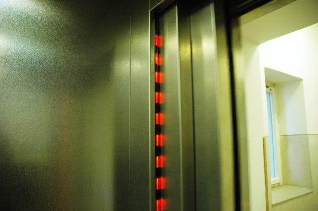 Bezpečnostní světelná závora kabinových dveří