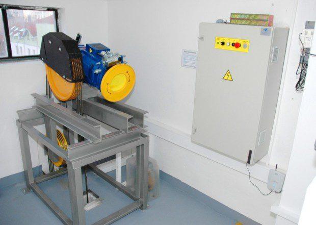 Strojovna výtahu, převdový stroj a rozvaděč