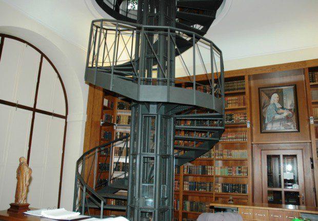 Tubus schodiště, malý výtah na knihy