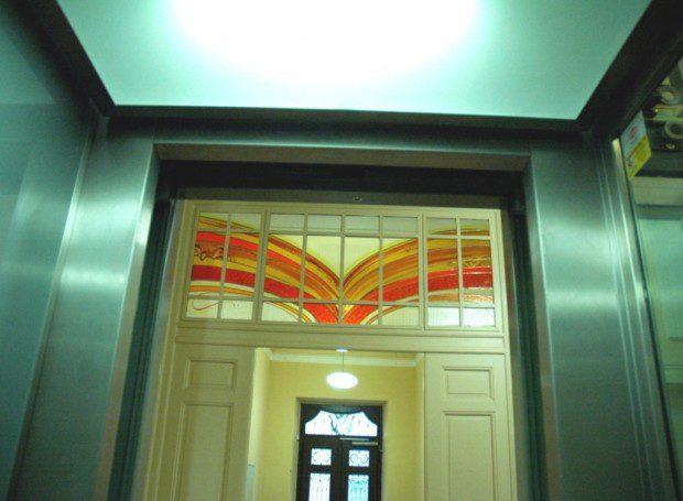 Kabina výtahu s vitráží, Biskupství HK