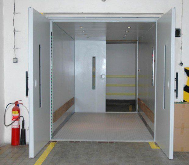 Kabina průchozího nákladního výtahu