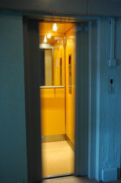 Strojovna výtahu, hlavní vypínač, rozvaděč a hydraulický agregát