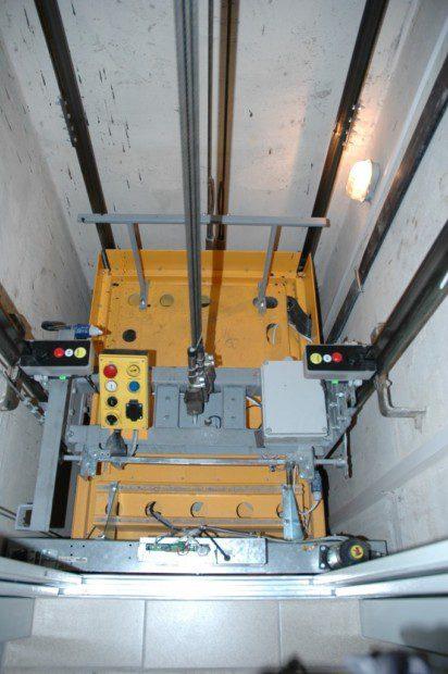 Výtahová šachta a instalace na stropu kabiny