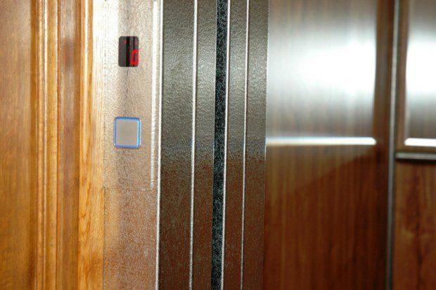 Tlačítko ve stanici výtahu, Biskupství HK