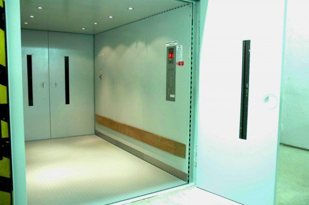 Nákladní výtah, průchozí kabina