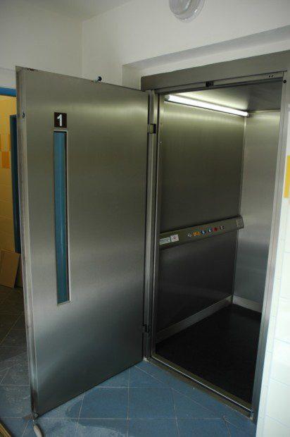 Kabina velkého zásobovacího výtahu pro dopravu paletových vozíků