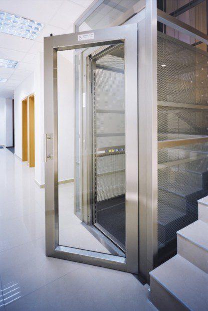Výtahová šachta s dvojicí nákladních výtahů