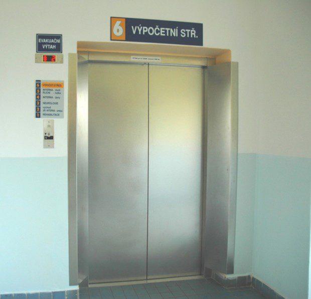 Dveře lůžkového výtahu, Nemocnice Trutnov
