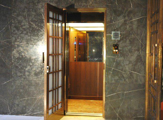 Atypické mřížové šachetní dveře a dřevěná kabina v Památníku Vítkov