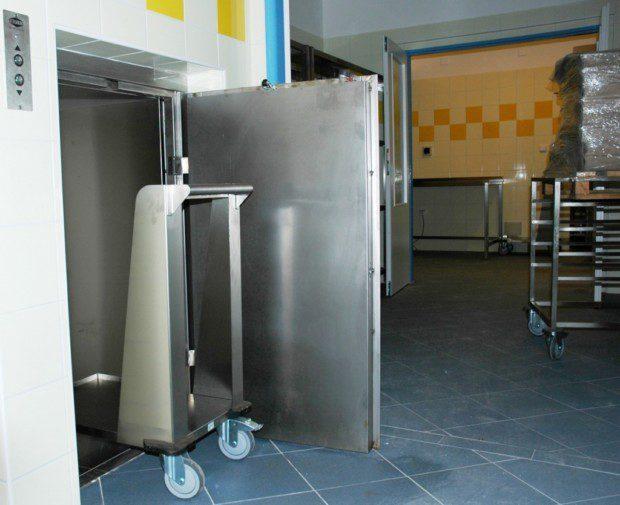 Jídelní výtah na vozíky, nemocnice Hostinné