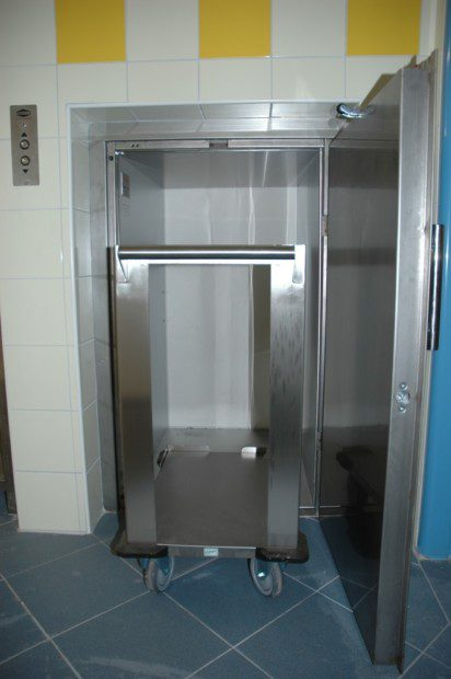 Kabina jídelního výtahu pro dopravu gastronomických vozíků