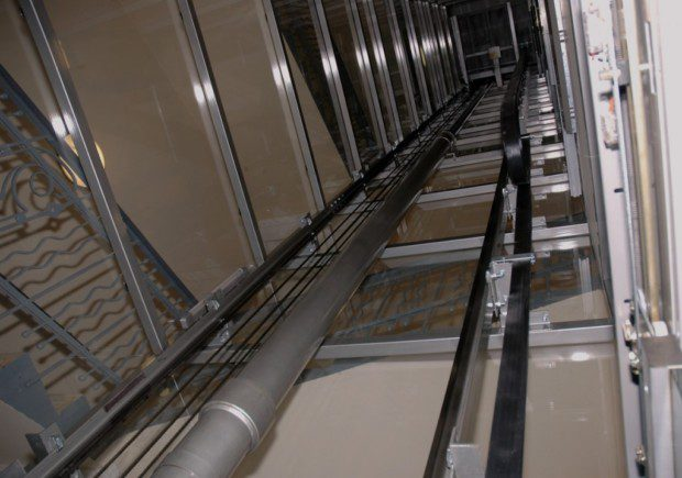 achta a píst hydraulického výtahu
